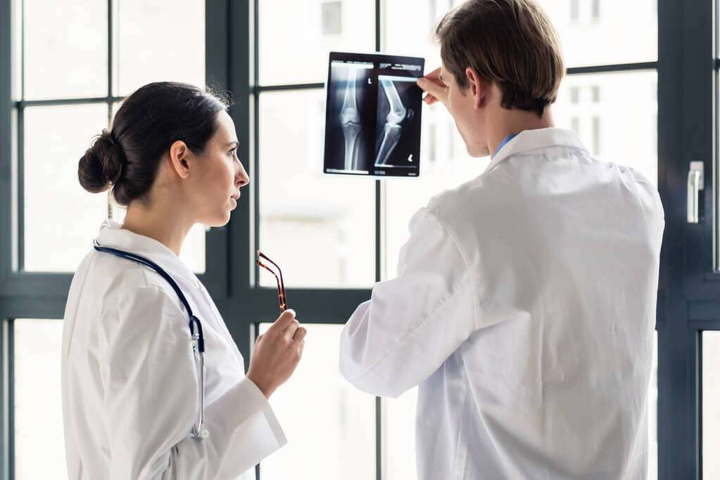 fonte: https://doctorshoes.com.br/blog/wp-content/uploads/2018/07/214673-medico-ortopedista-o-que-voce-precisa-saber-sobre-ele.jpg
